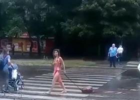 В Запорожье полуголая девушка приставала к мужчинам на улице
