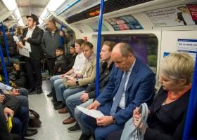 Мастера пиара: почетный донор Турчинов и Парубий в лондонском метро