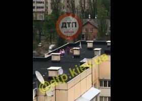 Бесстрашные дети устроили опасные развлечения на крыше киевской многоэтажки