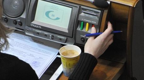 Проснулась страсть к работе: Рада собирается принимать законы, несмотря на указ о роспуске