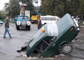 На Киевщине посреди проезжей части дороги утонул автомобиль
