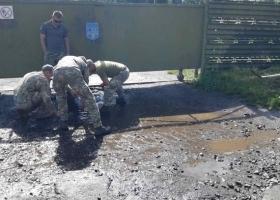В Луцке военных заставили выгребать воду из луж перед приездом Зеленского
