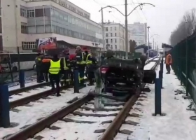 Евробляхер надолго остановил движение скоростного трамвая и скрылся с места ДТП