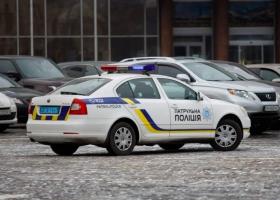 Под Львовом пьяный водитель набросился с лопатой на патрульных и разбил их авто