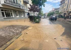 В центре Киева потоп из-за прорыва трубы: улица превратилась в горячее