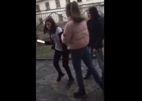 Жесткое избиение школьницы в Кривом Роге: появились подробности инцидента