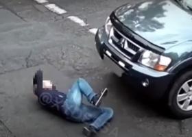 Одессит бросился под колеса автомобиля: инцидент попал на видео