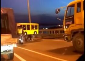 Несколько россиян прикинулись автобусом, чтобы пересечь мост (ВИДЕО)
