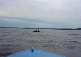 Женщина с ребенком отдыхали на Днепре - их на матрасе отнесло на 1,5 километра от берега