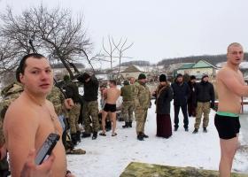 Украинские десантники массово искупались в проруби