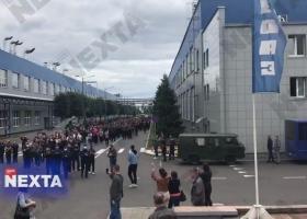 Сотни работников крупнейшего в Беларуси предприятия БелАЗ вышли на забастовку