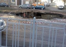 Часть киевской улицы ушла под землю (ФОТО)