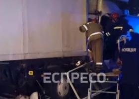 В Киеве бензовоз протаранил и протащил 50 метров грузовик. Водитель не выжил
