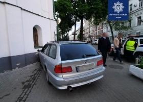 Пьяный водитель-иностранец врезался в памятник архитектуры 18 века в Киеве