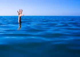 Водолазы сутки ищут мужчину с ребенком, которых отнесло на матрасе в Киевском море