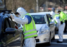 На границе с Венгрией сотни автомобилей застряли в километровой пробке