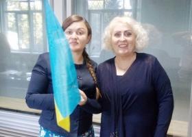 СИЗО животворящее: Штепа вышла из здания суда, распевая гимн Украины
