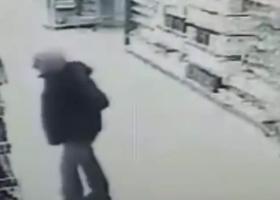 Вогнал нож в грудь: под Киевом мужчина убил себя прямо в магазине, все попало на видео
