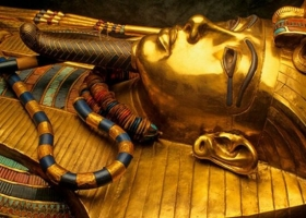 Позолоченный саркофаг древнеегипетского фараона Тутанхамона начали реставрировать в Египте