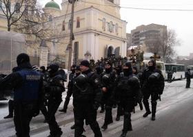 Полицейские в полном защитном облачении вывели верующих УПЦ МП на крестный ход