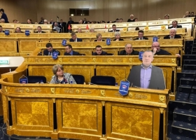 Картонная копия депутата заменила оригинал на собрании местного парламента в России