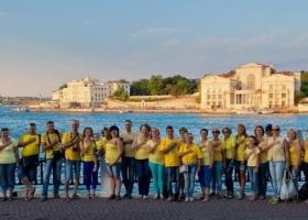 В Севастополе отыскались смельчаки, которые поздравили Украину с праздником