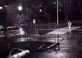 В Киеве пешеход оказался под колесами такси: опубликовано видео