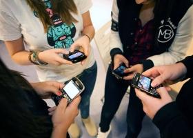 Школьникам хотят запретить мобильные телефоны на уроках