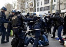Помощник президента зверски избивал демонстрантов на улице
