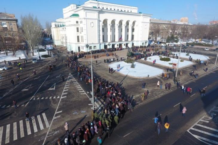 Граждан Донецка гонят напохороны Гиви